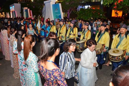 Ngắm nghệ sĩ Việt - Hàn - Nga - Campuchia lộng lẫy trên sân khấu - Ảnh 1.