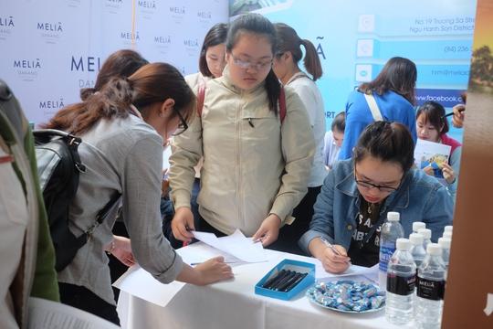 Sinh viên tham gia tuyển dụng trực tiếp tại các gian hàng trong ngày hội