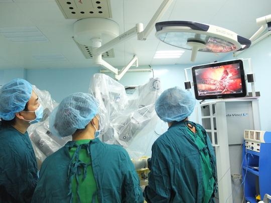 Lần đầu tiên tại Việt Nam cắt u gan bằng robot - Ảnh 1.