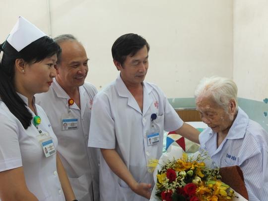 Cứu sống cụ bà 104 tuổi bị sỏi mật khổng lồ - Ảnh 1.