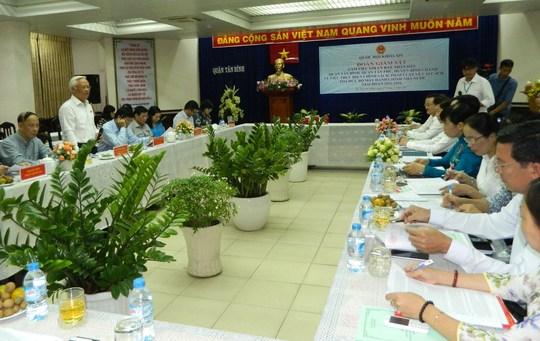 Phó Chủ tịch Quốc hội Uông Chu Lưu nghe các quận báo cáo thực hiện các chính sách pháp luật về cải cách tổ chức bộ máy hành chính nhà nước giai đoạn 2011 -2016 vào sáng 27-3.