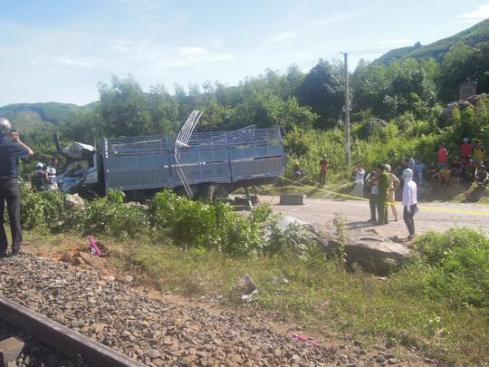 Tàu hỏa tông xe tải bẹp dí, tài xế trọng thương - Ảnh 2.