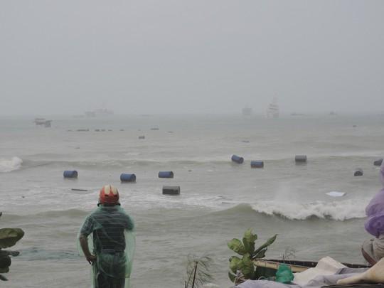 Từ Bình Định đến Đà Nẵng: Cây ngã la liệt, nhiều khu vực bị lũ chia cắt - Ảnh 9.