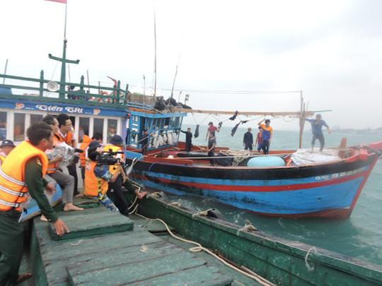 Cứu 19 ngư dân Khánh Hòa và Quảng Ngãi gặp nạn trên biển - Ảnh 1.