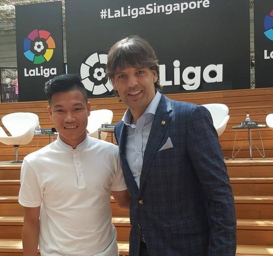 Trung vệ Đông Triều chụp ảnh cùng cựu danh thủ Real Madrid Fernando Morientes trong buổi khai trương văn phòng La Liga ở Singapore