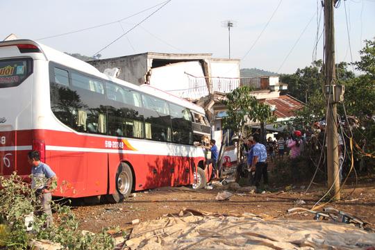 Sau khi xảy ra tai nạn, xe khách Thành Bưởi đâm thẳng vào nhà dân mới dừng lại.