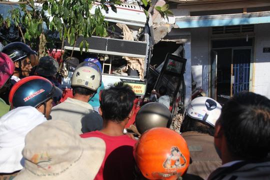 Thiệt hại ban đầu giữa 2 xe khách và nhà dân được lực lượng chức năng ước tính hơn 100 triệu đồng.