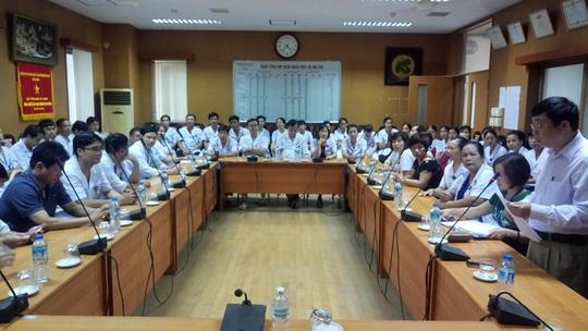Tai biến chạy thận 8 người chết: Cách chức Giám đốc BV Hoà Bình 1 năm - Ảnh 1.