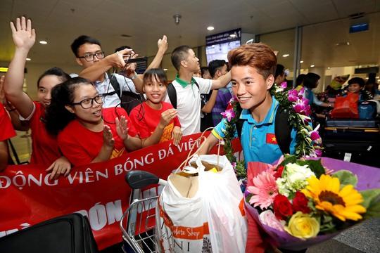 Ngày về rạng ngời của tuyển bóng đá nữ Việt Nam - Ảnh 20.