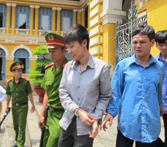Mai Phước Hoàng (áo xánh) và Nguyễn Minh Tú sau phiên xử