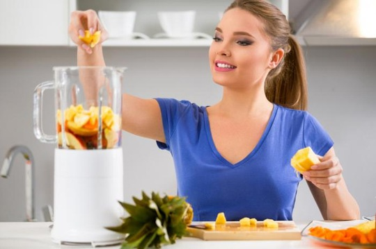 Nên tự làm nước ép dứa để có được hết lợi ích dinh dưỡng từ nước ép trái cây tươi Ảnh: MNT