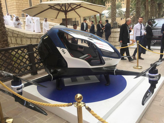 EHang 184 được trưng bày tại một hội nghị ở TP Dubai hôm 13-2 Ảnh: AP