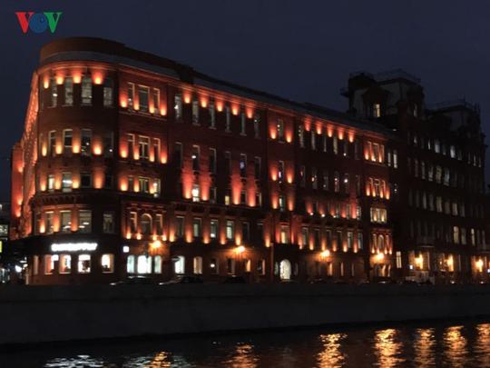 Những tòa nhà lộng lẫy soi bóng trên dòng sông Moskva - Ảnh 8.
