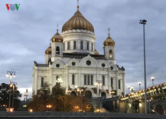 Những tòa nhà lộng lẫy soi bóng trên dòng sông Moskva - Ảnh 3.