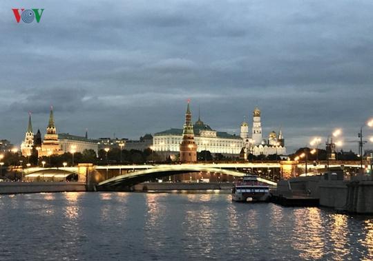 Những tòa nhà lộng lẫy soi bóng trên dòng sông Moskva - Ảnh 6.