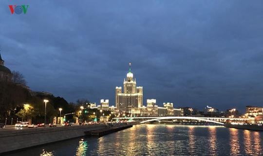 Những tòa nhà lộng lẫy soi bóng trên dòng sông Moskva - Ảnh 7.
