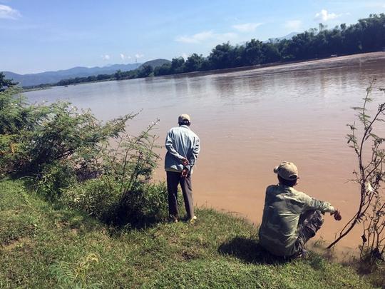 Vượt sông bằng xe bò, 3 người bị nước cuốn mất tích - Ảnh 1.
