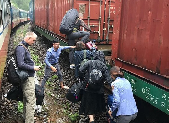 Đường sắt Bắc - Nam tê liệt do đèo Hải Vân bị sạt lở - Ảnh 1.