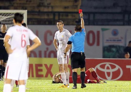 Dyachenko của TP HCM bị thẻ đỏ trong trận thua chủ nhà B.Bình Dương 0-1 tối 2-4Ảnh: Quang Liêm