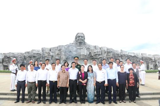 Chủ tịch Quốc hội viếng hương Nghĩa trang Liệt sĩ Quảng Nam - Ảnh 5.