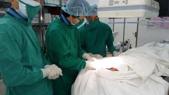Các bác sĩ đang phẫu thuật cấy máy tạo nhịp tim vào người bệnh.