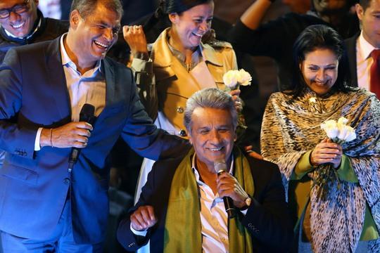 Ông Lenin Moreno (ngồi) ăn mừng chiến thắng cùng với Tổng thống Ecuador Rafael Correa hôm 2-4 Ảnh: REUTERS