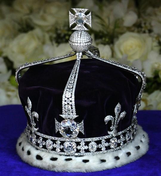 Viên Koh-i-Noor được đính trên mũ miện của mẹ nữ hoàng Elizabeth II. Ảnh: REUTERS