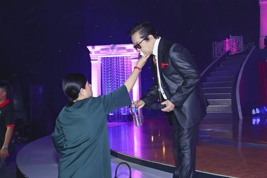 Vợ ca sĩ Elvis Phương chăm sóc chu đáo cho chồng