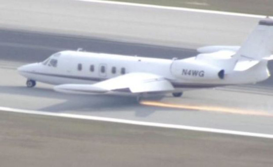 Chiếc máy bay hạ cánh trong tình trạng mất bánh. Ảnh: Reuters