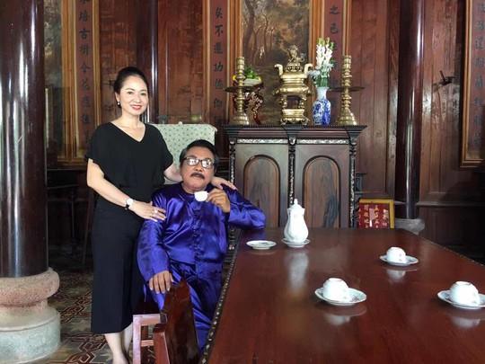 Danh hài Phú Quý và vợ trong một bộ phim truyền hình