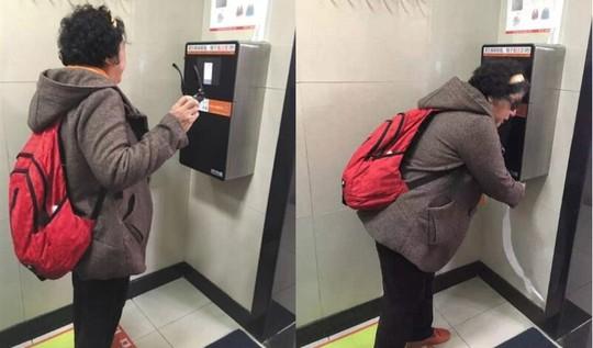 Nhà vệ sinh Trung Quốc lắp thiết bị cấp giấy vệ sinh nhận diện khuôn mặt. Ảnh: The Beijinger.