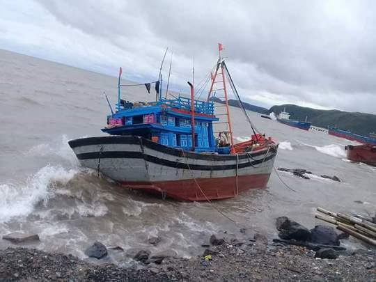Quảng Bình: Hàng chục tàu cá bị chìm, nhiều người bị thương - Ảnh 1.