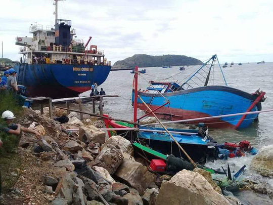 Quảng Bình: Hàng chục tàu cá bị chìm, nhiều người bị thương - Ảnh 2.
