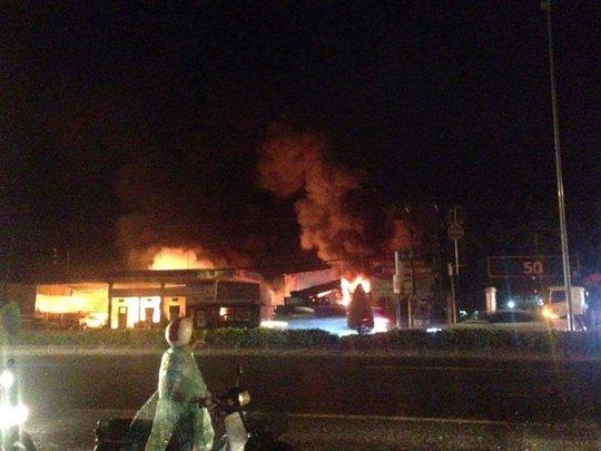 Hơn 1 giờ cứu cây xăng khỏi đám cháy trong đêm - Ảnh 1.