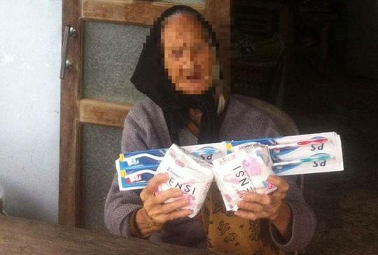 Thực hư vụ cụ bà nhận quà cứu trợ là băng vệ sinh - Ảnh 1.