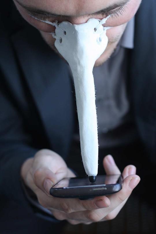 Bút cảm ứng cho...mũi sẽ giúp bạn rảnh 1 tay để làm những điều mình thích. Nguồn ảnh: dominicwilcox.com