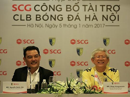 Chủ tịch CLB Hà Nội - ông Nguyễn Quốc Hội - và ông Dhep Vongvanich - Giám đốc điều hành Quốc gia Tập đoàn SCG tại Việt Nam