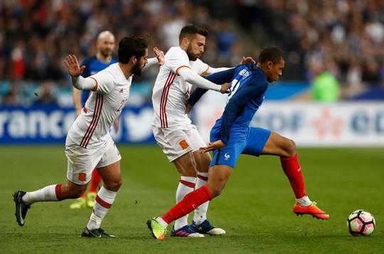 Mbappe đối mặt với tiền vệ Serhio Busquét bên phía Tây Ban Nha.