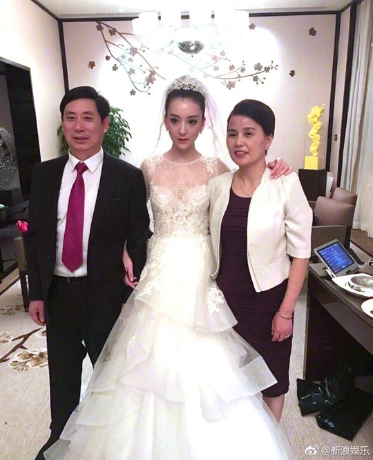 Cô dâu và cha mẹ mình
