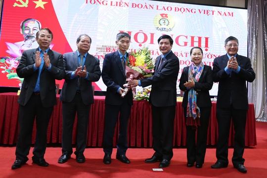 Chủ tịch Tổng LĐLĐ Việt Nam Bùi Văn Cường (thứ 3 từ phải sang) tặng hoa cho tân Phó chủ tịch Trần Văn Thuật-Ảnh: Văn Duẩn