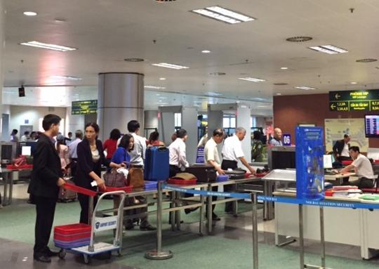 Soi chiếu an ninh tại sân bay quốc tế Nội Bài - Ảnh: Tô Hà