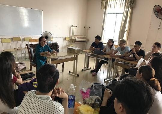 NSƯT ca sĩ Hồng Vân lên lớp giảng dạy chương trình Thơ nhạc và thẩm âm tại Trường ĐH Sân khấu - Điện ảnh TP HCM