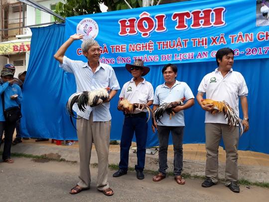 Chọi gà tre Tân Châu : Hết xuýt xoa đến cười sảng khoái - Ảnh 11.
