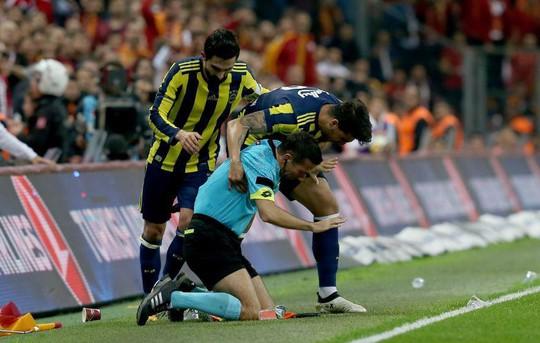 Trọng tài bị dội bom nước ở derby Istanbul - Ảnh 4.