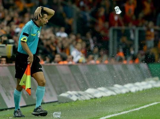 Trọng tài bị dội bom nước ở derby Istanbul - Ảnh 2.