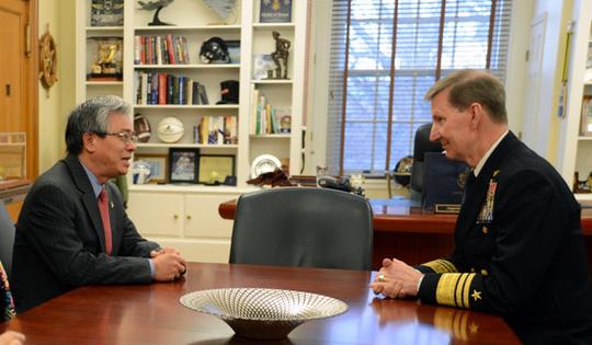 Đại sứ Việt Nam tại Mỹ Phạm Quang Vinh (trái) gặp Giám đốc Học viện Hải quân Walter Carter - Ảnh: Đại sứ quán Việt Nam tại Mỹ