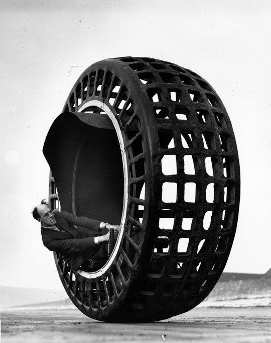 Ô tô 1 bánh khổng lồ, một phát minh độc đáo nhưng chưa từng được phổ biến. Ảnh cắt từ YouTube
