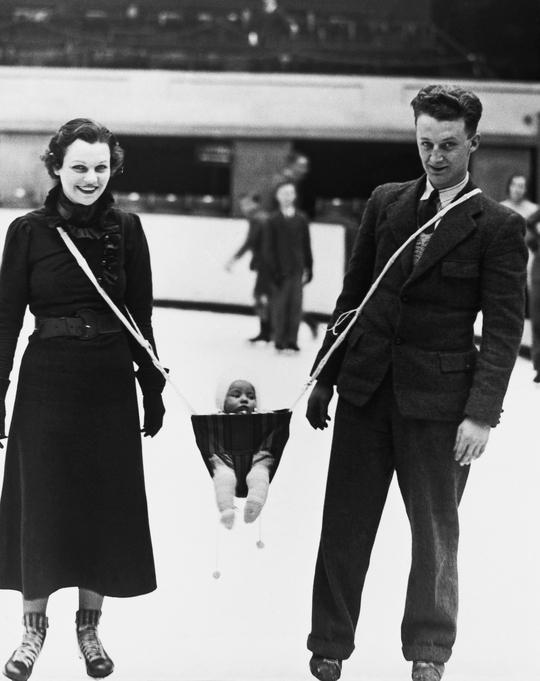 Võng địu con của 2 vợ chồng vận động viên khúc côn cầu trên bằng. Ảnh: Reddit