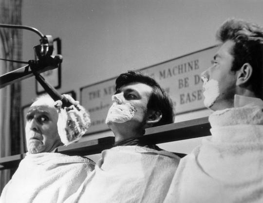 Hình ảnh máy cạo râu tập thể trong phim của Eric Sykes. Nguiồn: Telegraph