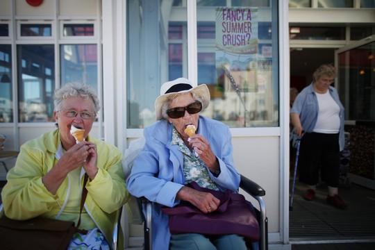 Phụ nữ hạnh phúc nhất ở tuổi 85 và... góa chồng - Ảnh 1.